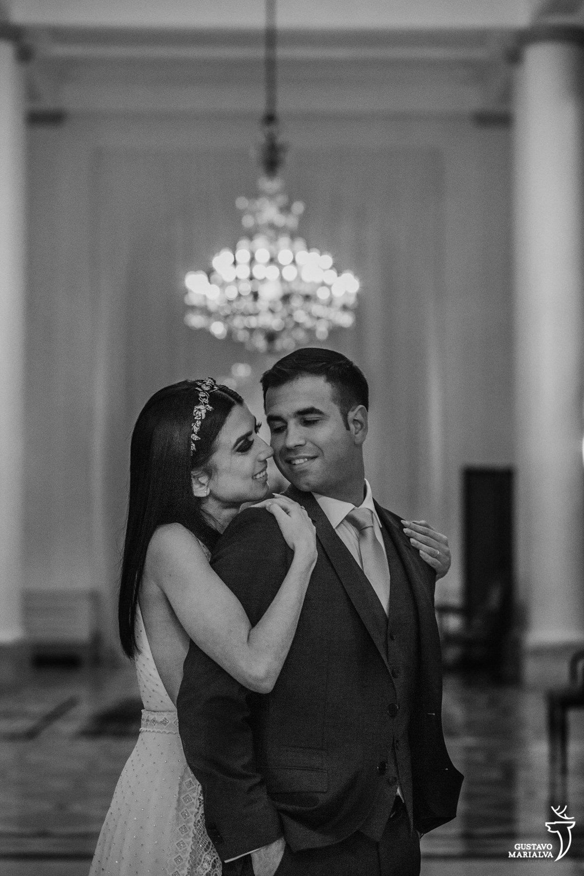 noivos posam para retrato no salão do hotel Copacabana palace