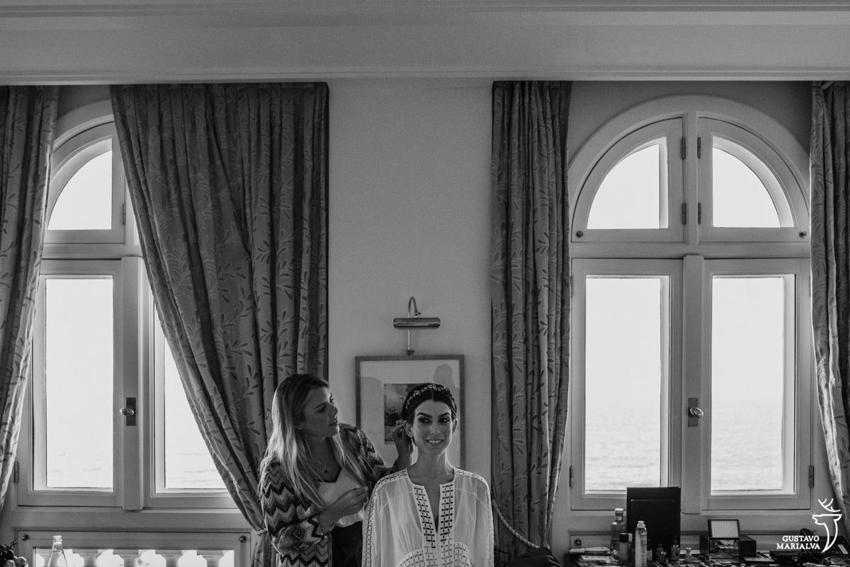 noiva arrumando o cabelo durante o  making of no hotel copacabana palace