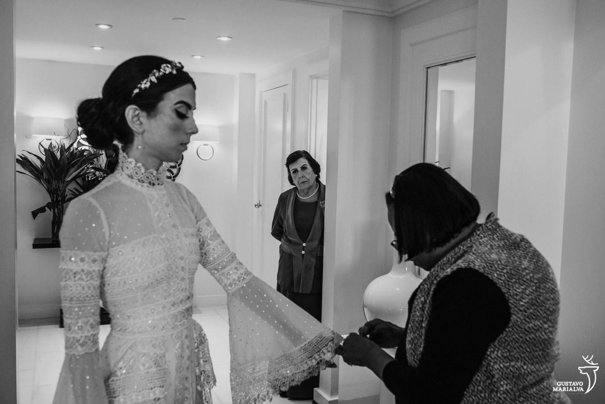 avó observando a noiva colocar o vestido durante o  making of no hotel copacabana palace