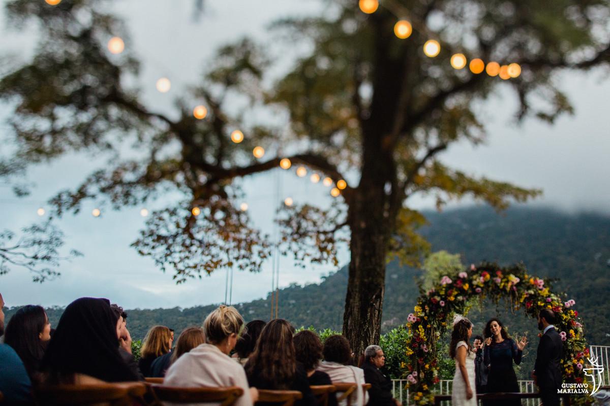 noivos observando a cerimônia um de frente para o outro no recanto do barão