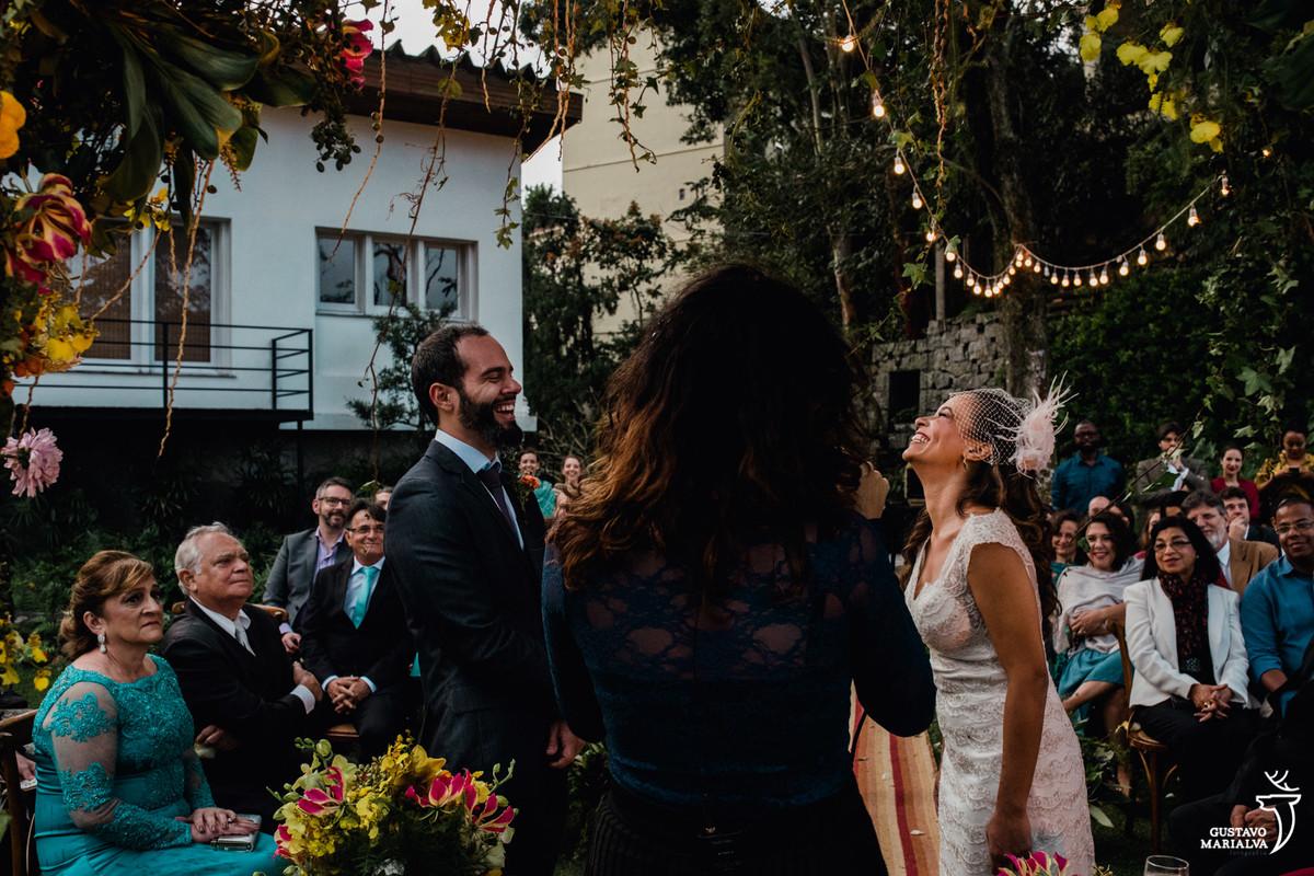 noivos sorrindo um de frente para o outro na cerimônia de casamento