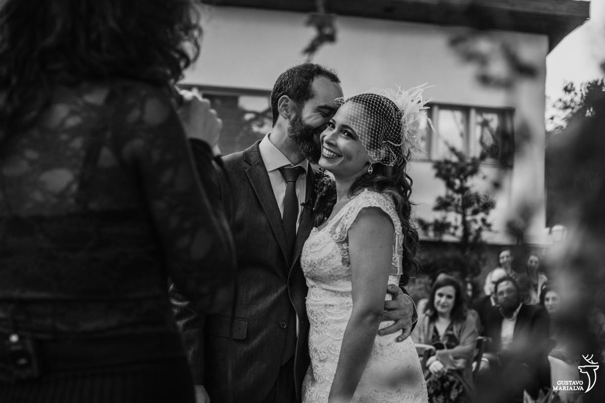 noivo beijando a noiva que sorri