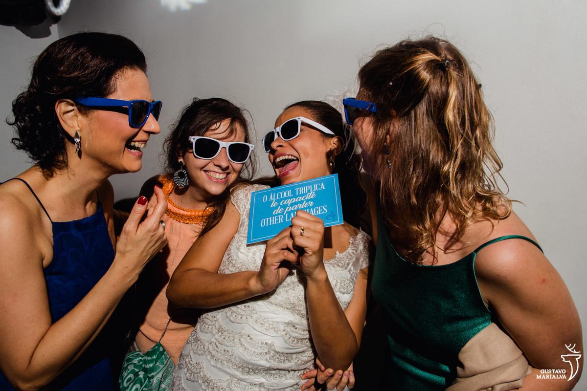 noiva e amigas posando para foto com óculos escuros