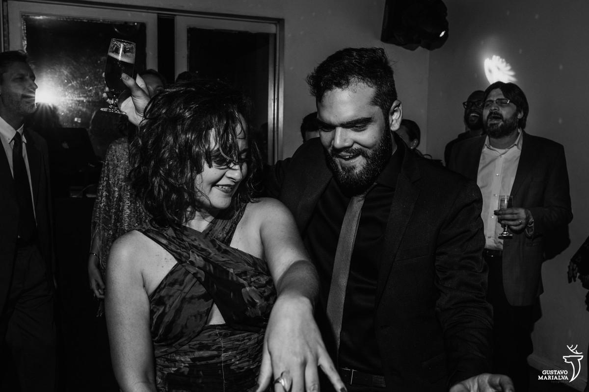 convidados dançando com copo na mão na festa de casamento