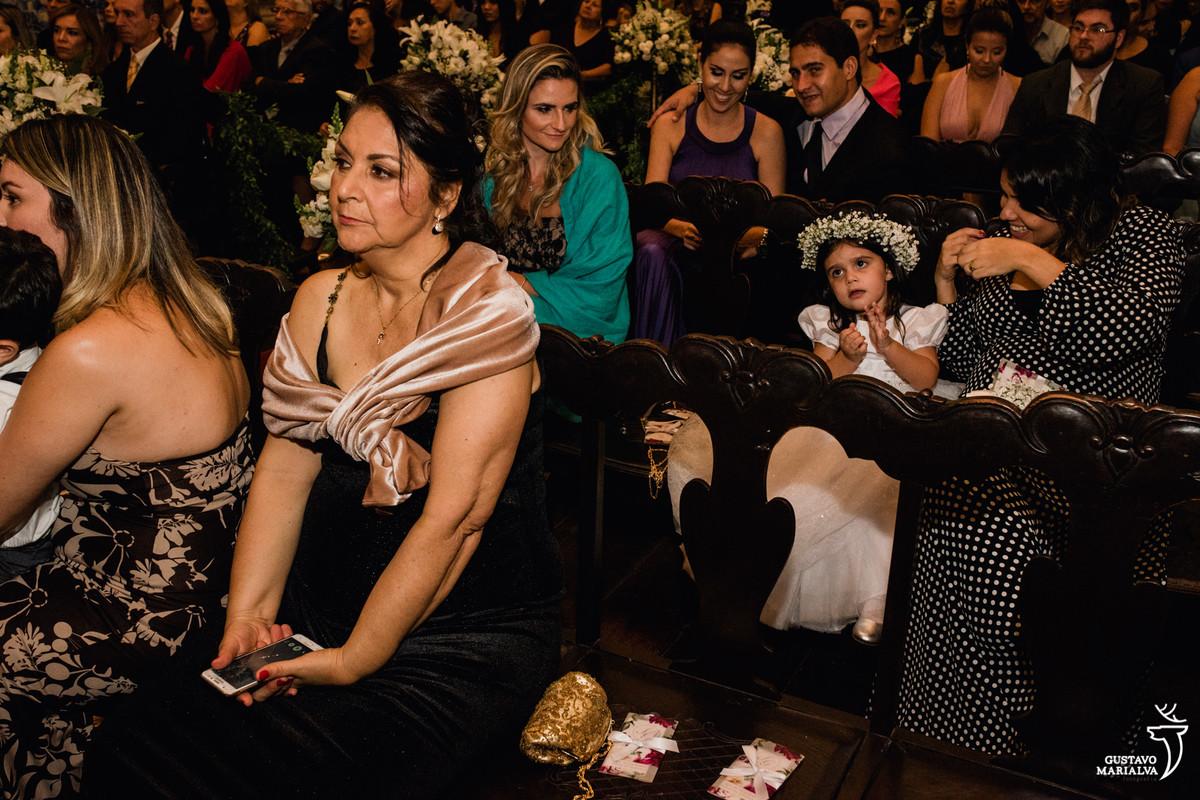daminha brincando com a mãe sendo observada por convidada na cerimônia de casamento do outeiro da glória