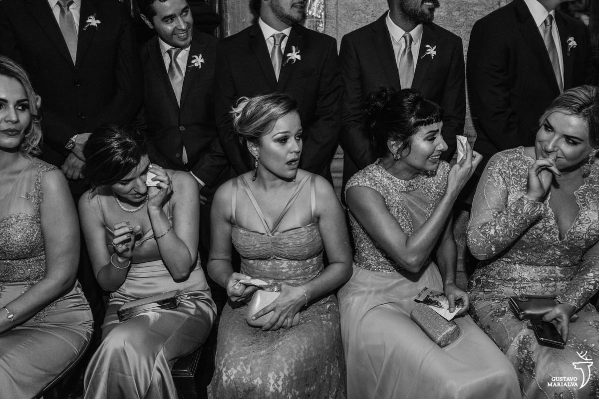 madrinhas choram de boca aberta e padrinhos sorriem durante a cerimônia do casamento