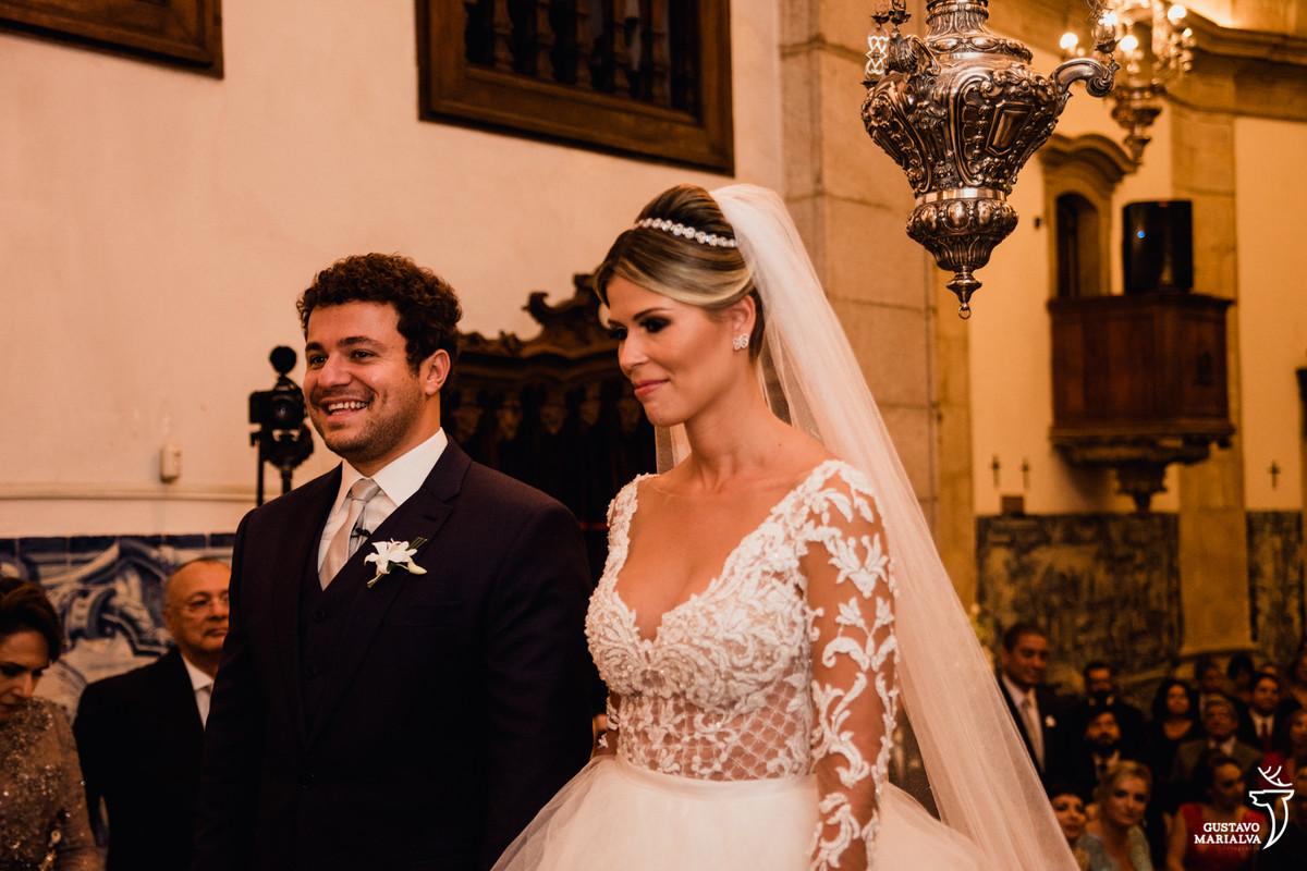 noivo sorriem durante a cerimônia do casamento