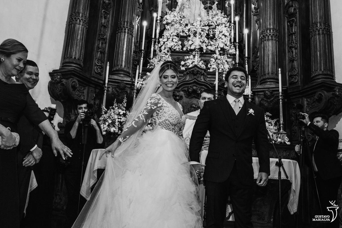noivos sorriem de boca aberta e pais aplaudem durante a cerimônia de casamento no outeiro da glória