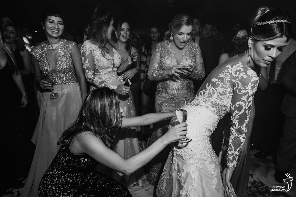 amiga apertando o bumbum da noiva  enquanto madrinha ao fundo olha o celular com a boca aberta
