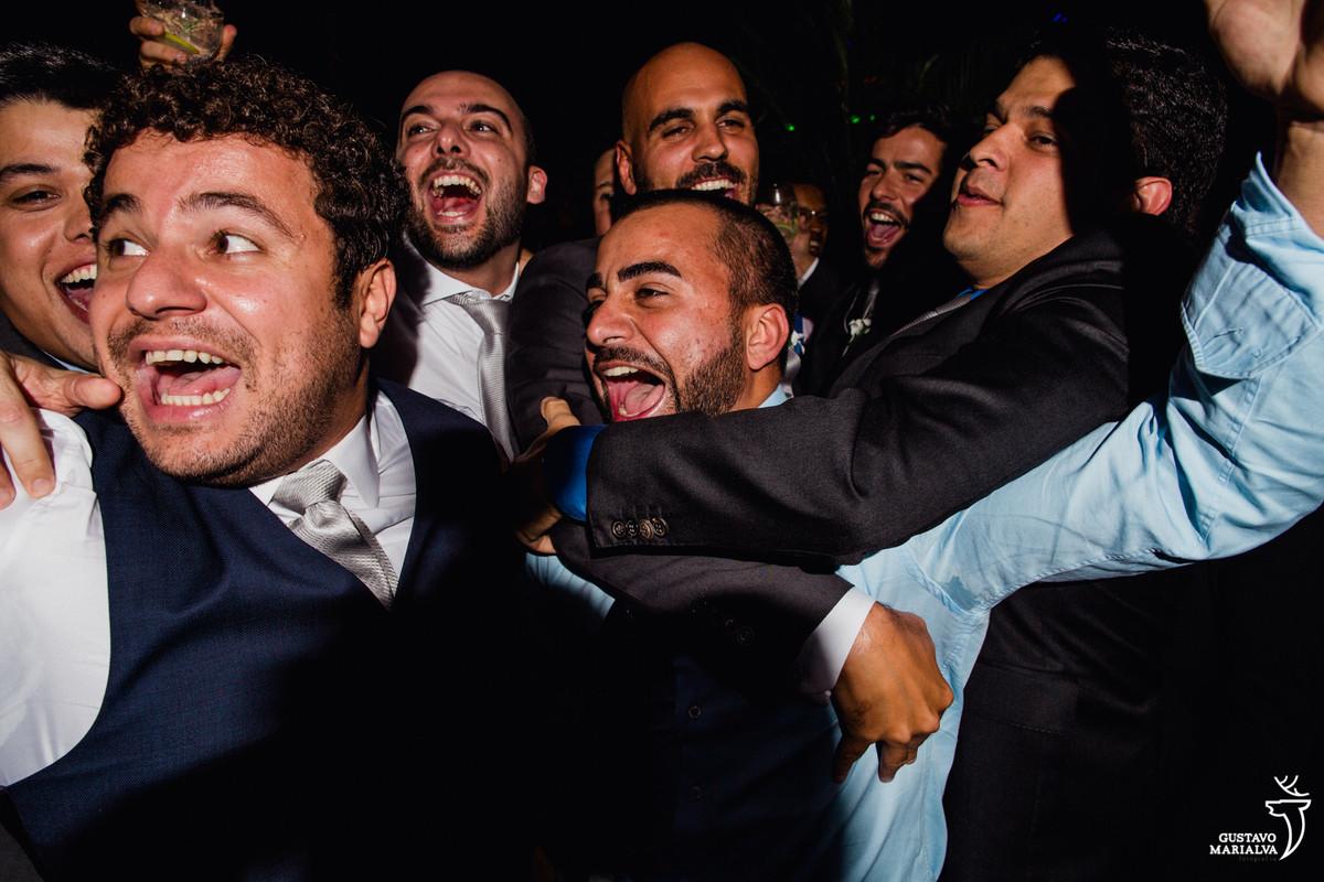 noivo e amigos gritam posando para foto