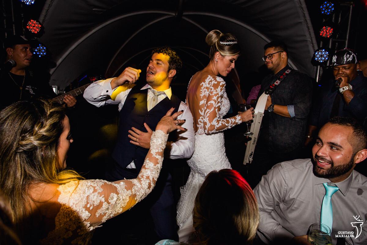 noivo e noiva dançam funk em cima do palco com mc marcinho