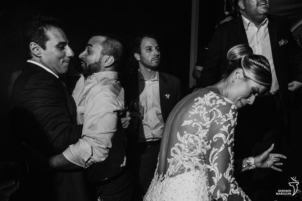 amigos se abraçam enquanto noiva dança funk