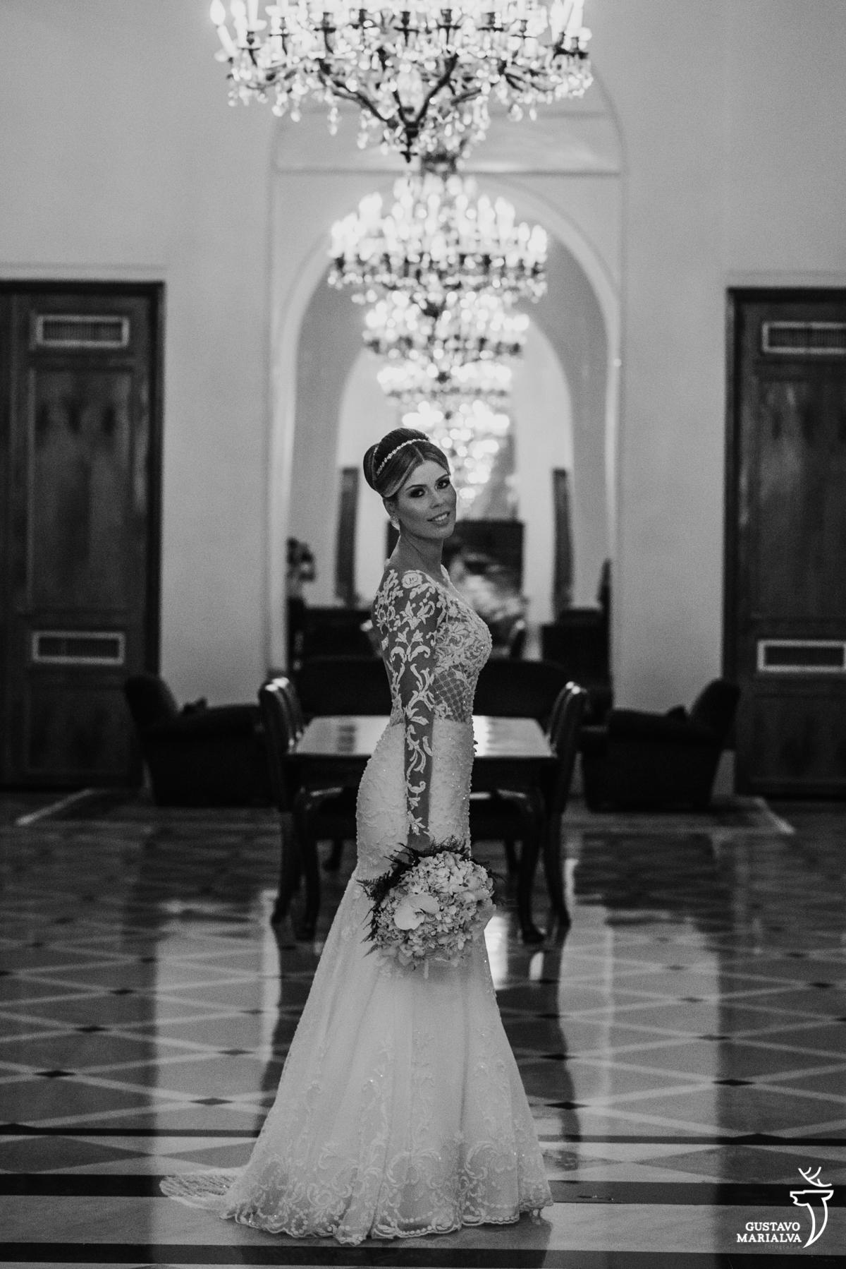 noiva posando para retrato segurando o buquê com vestido carol hungria no salão do hotel copabana palace