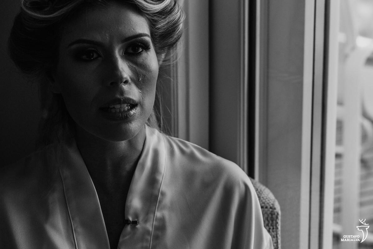 noiva chora ao falar do noivo no making of do casamento no copacabana palace