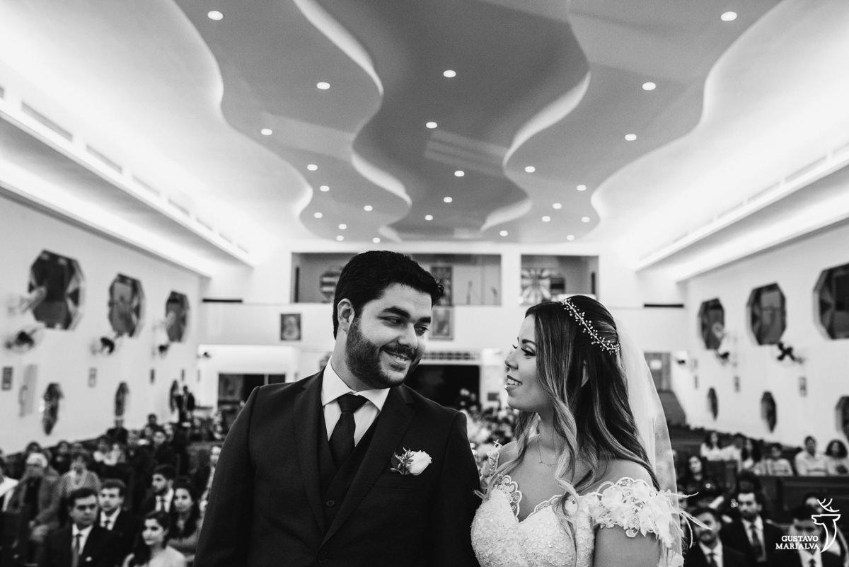 noivos trocam olhares durante a cerimônia de casamento