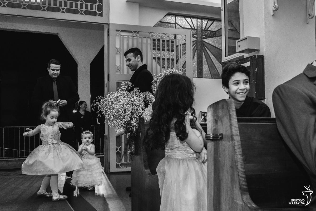 meninas brincam durante a cerimônia de casamento e menino ri