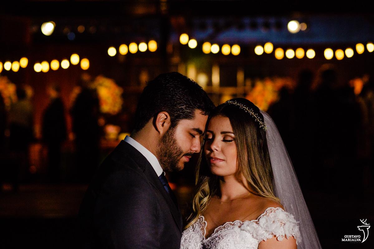 noivos posam para retrato durante o casamento