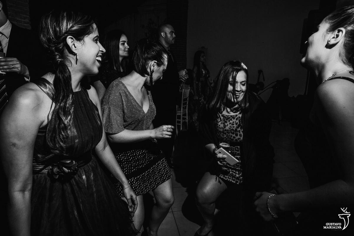 amigas dançam funk rebolando até o chão