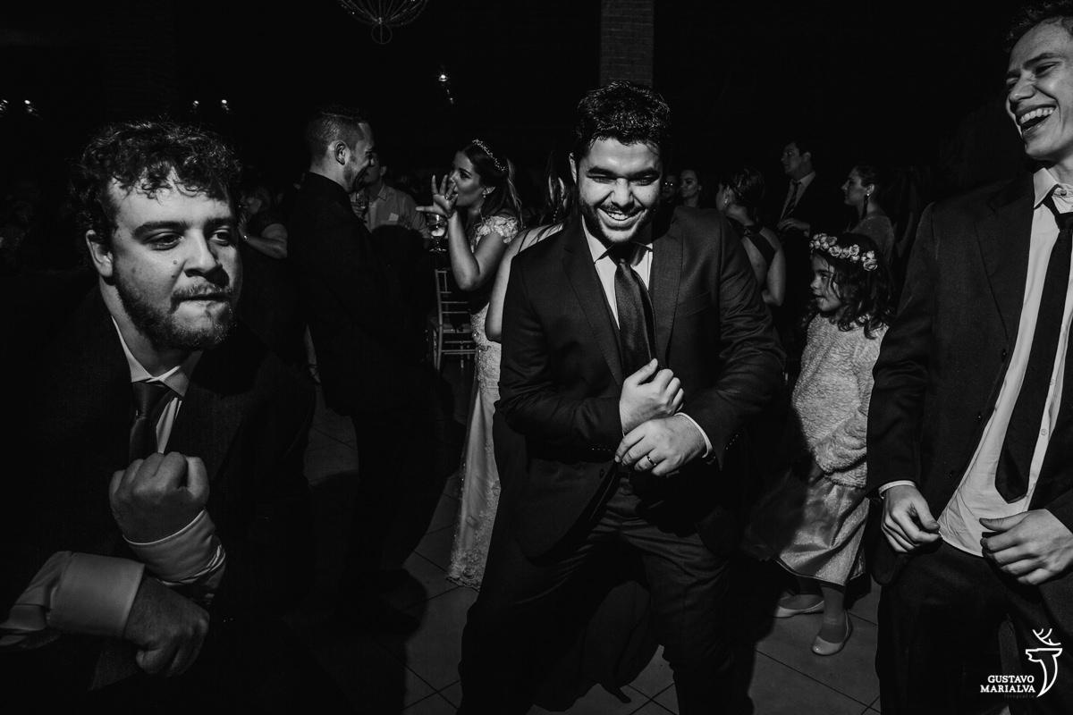 noivo faz careta dançando com amigos