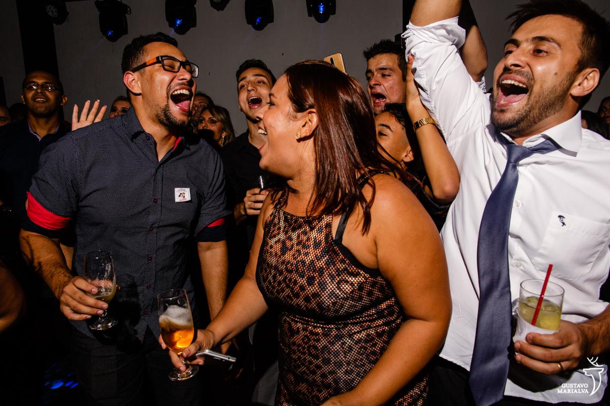 amigos dançam com a boca aberta e braços levantados
