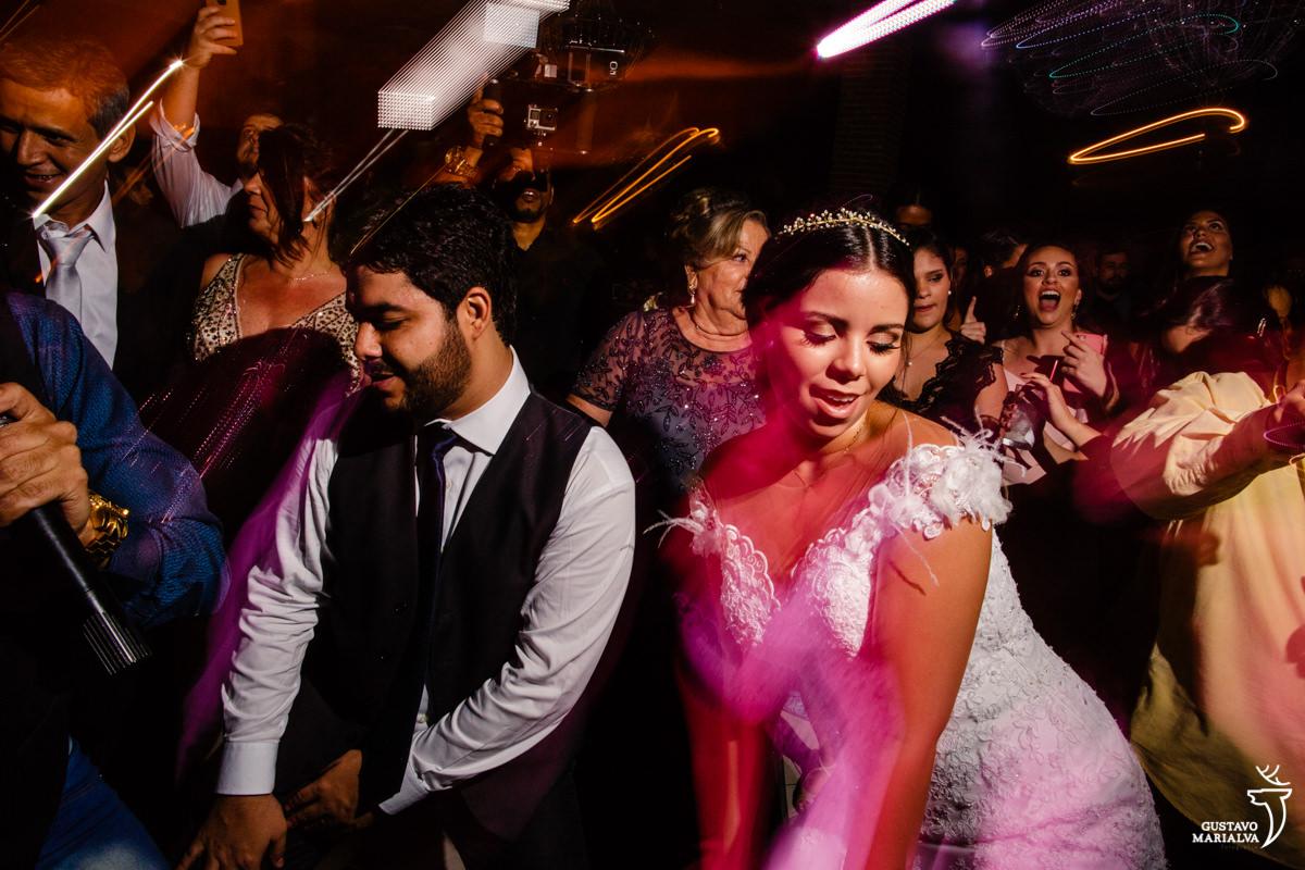noivos dançam rebolando até o chão