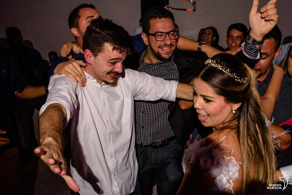 noiva dança abraçada com amigos