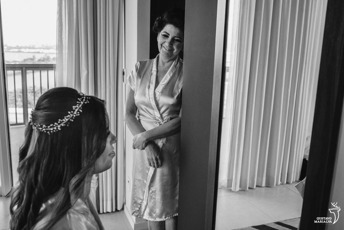 mãe observa a noiva se arrumando