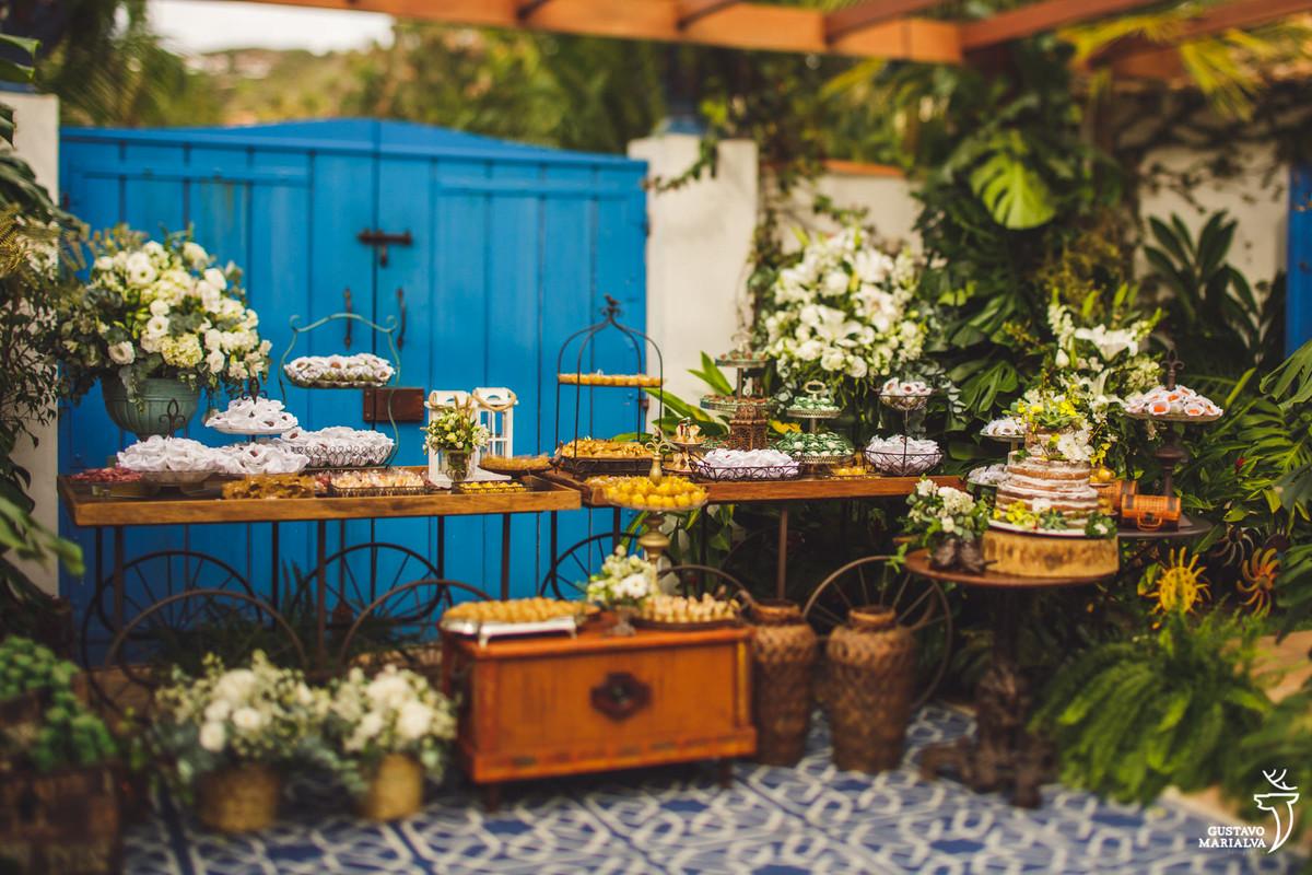 mesa de doces com bolo do os bolos da betah no hotel vila da santa em búzios