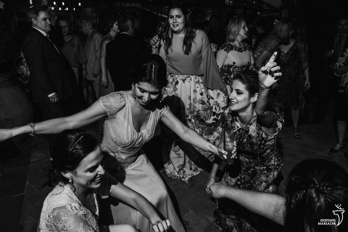 noiva e amigas rebolam até o chão enquanto convidada faz careta