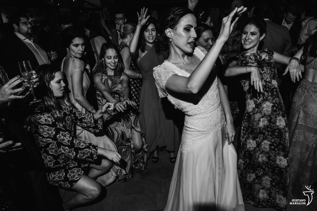 noiva dança com amigas enquanto convidadas rebolam até o chão