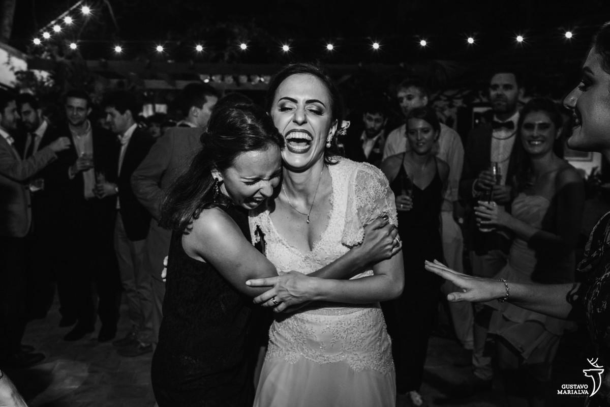 noiva e amiga se abraçam sorridentes