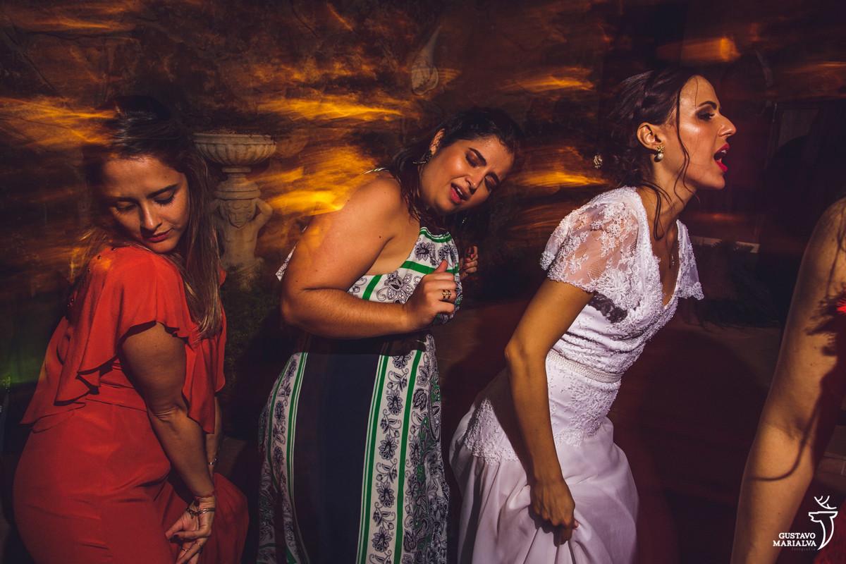 noiva e amigas dançam juntas rebolando até o chão