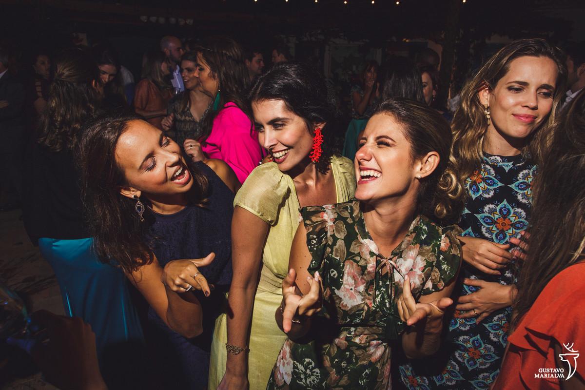 amigas dançam e sorriem rebolando até o chão
