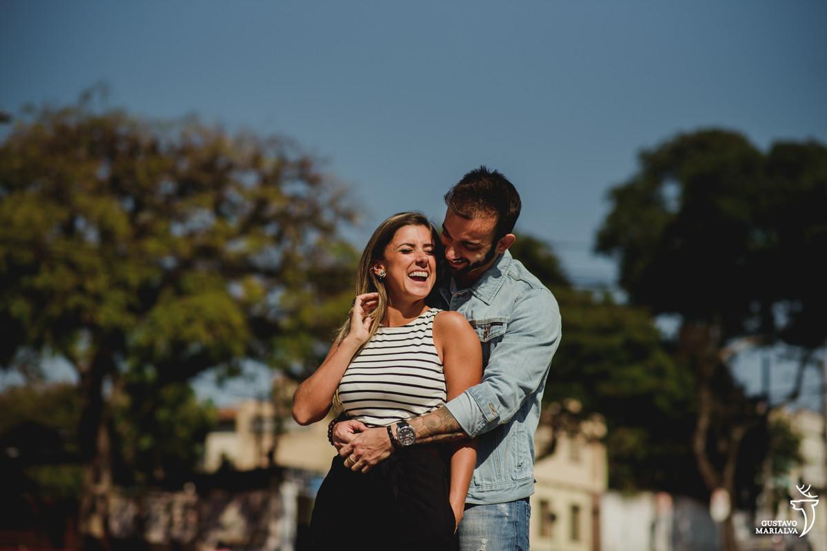 noivo abraça a noiva por trás durante o book de casal realizado no largo da ordem em curitiba