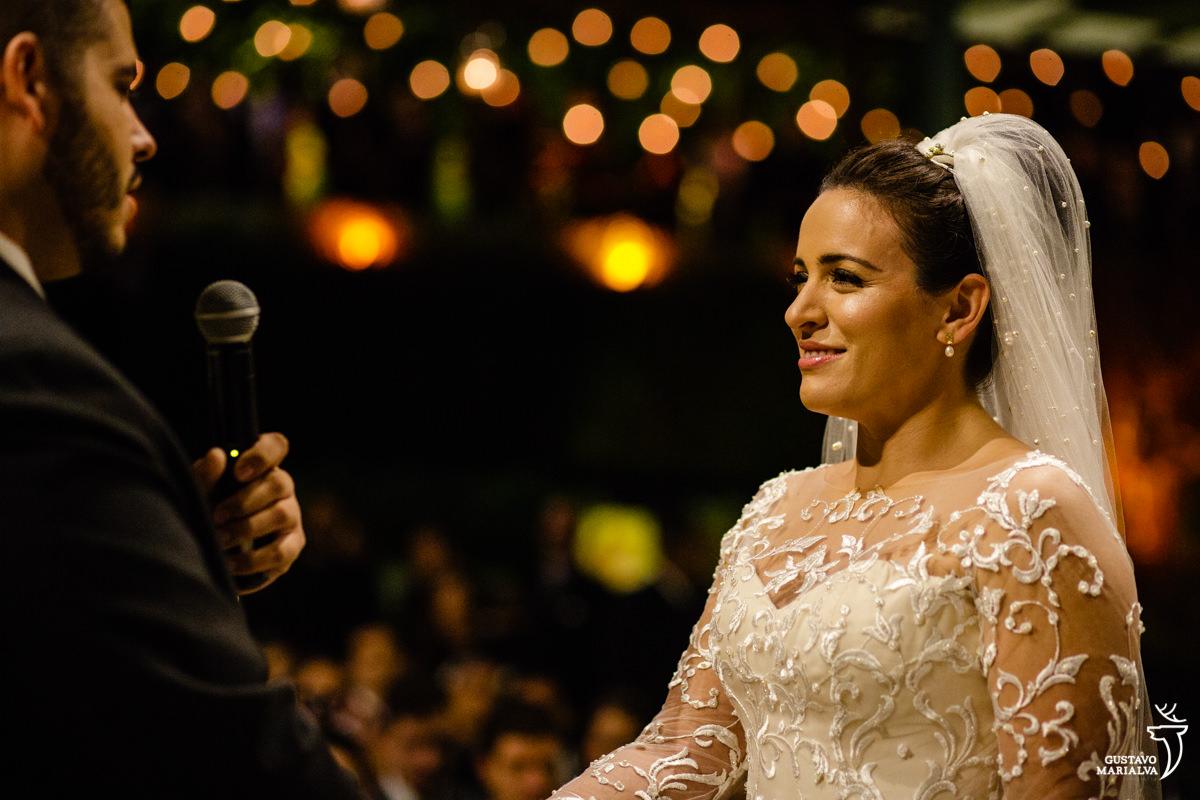 noiva com olhar emocionado escuta o discurso do noivo