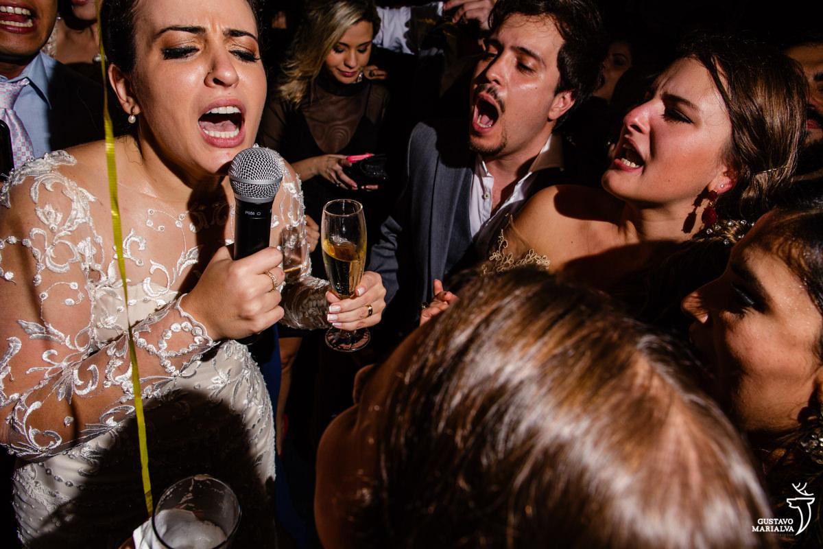 noiva canta funk no microfone e amigos gritam ao fundo