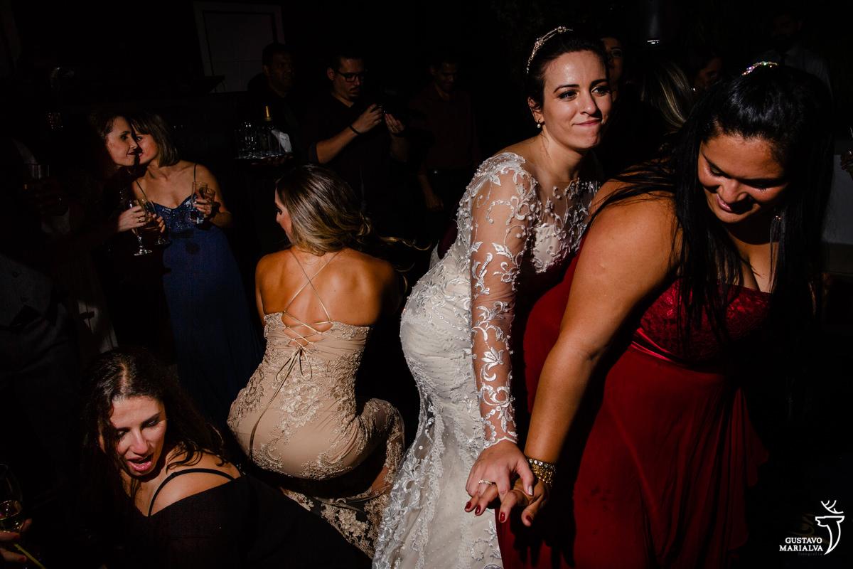 noiva dança com amiga e convidadas rebolam até o chão