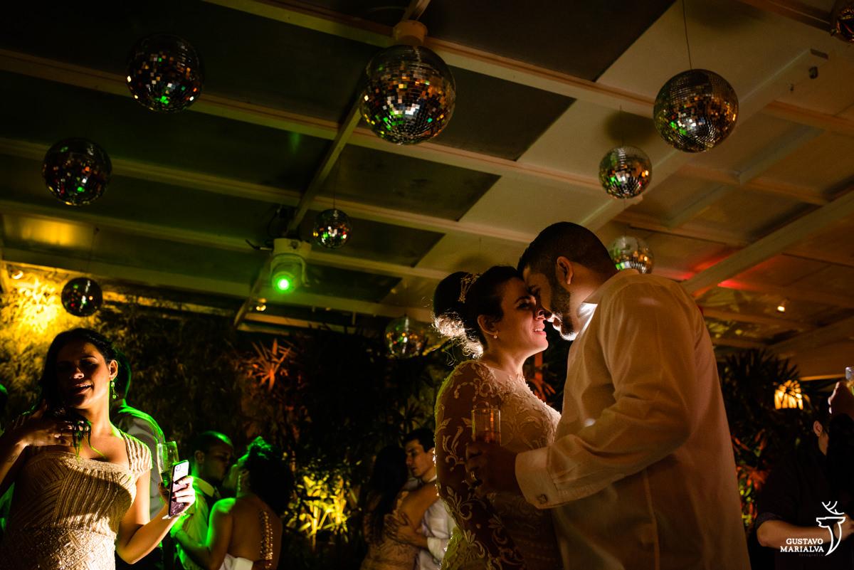 noivos dançam abraçados durante a festa de casamento