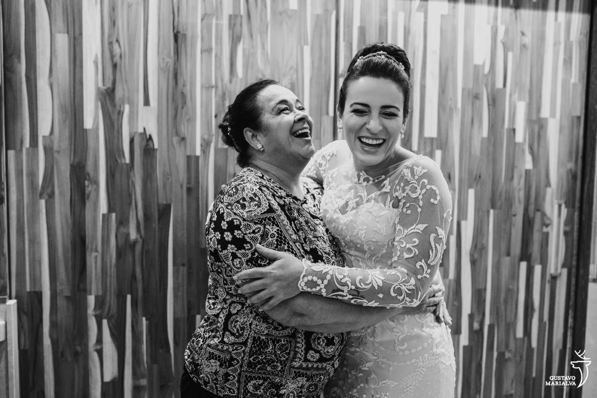 noiva abraça a mãe sorrindo usando vestido de noiva carol hungria