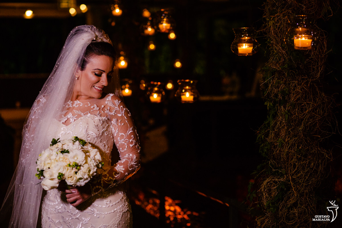 noiva posa para retrato segurando o buquê e usando vestido de noiva carol hungria e maquaigem e cabelo por gabi back