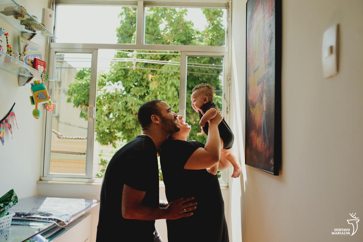 pais olham para o filho sorrindo emocionados