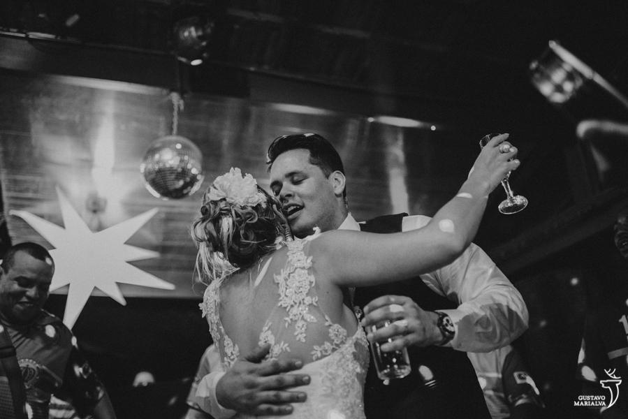 noivos dançando e namorando