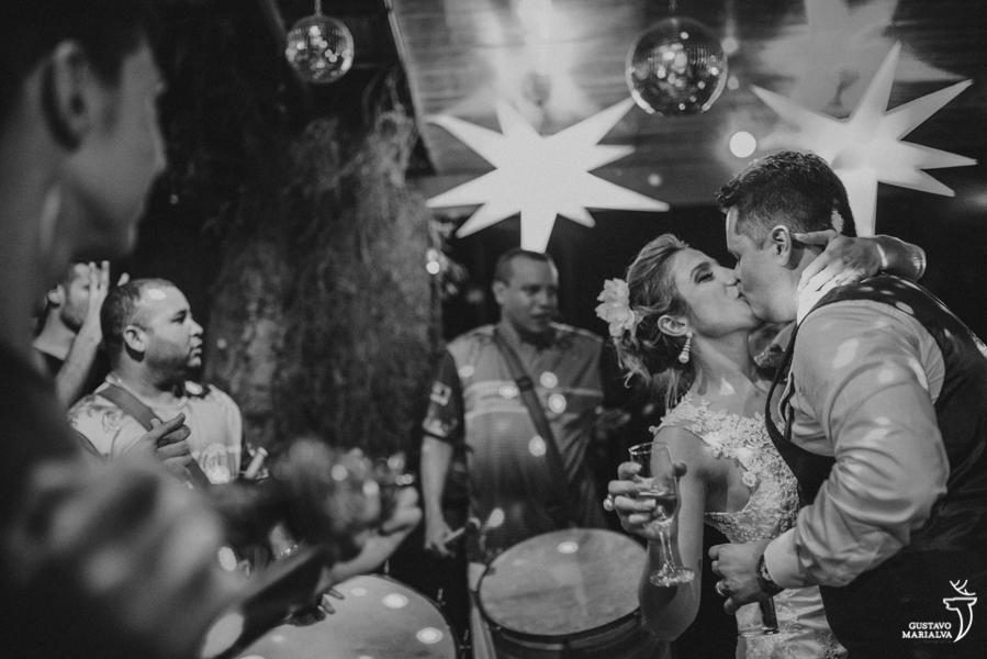 noivos se beijando na frente da escola de samba