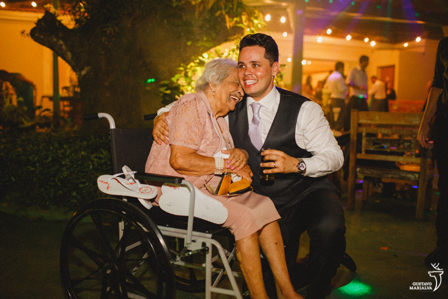 noivo e avó sorrindo