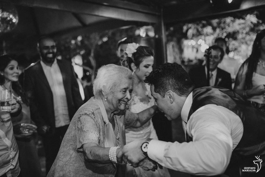 noivo e avó dançando