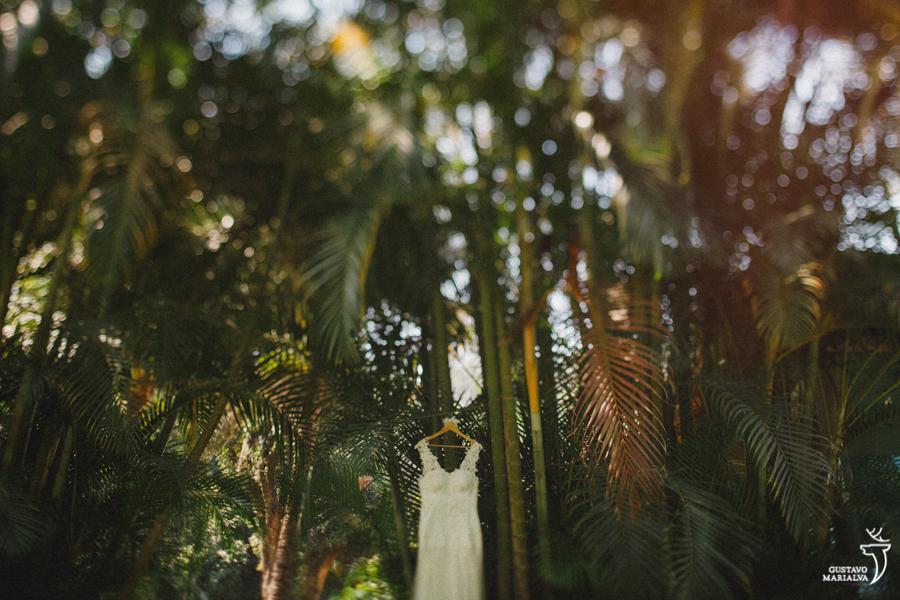 vestido da noiva pendurado na árvore