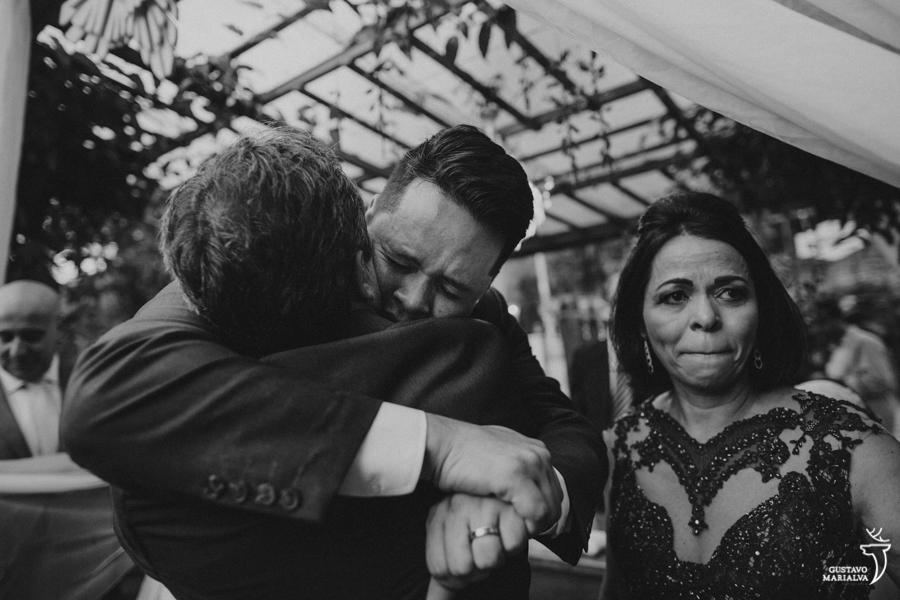 noivo abraçando o pai emocionado