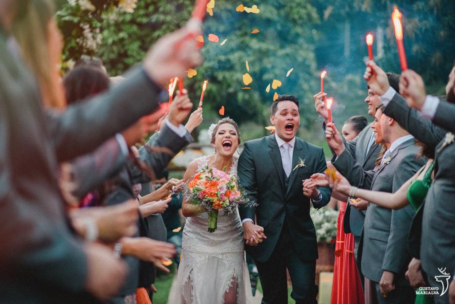 saída dos noivos pulando e gritando