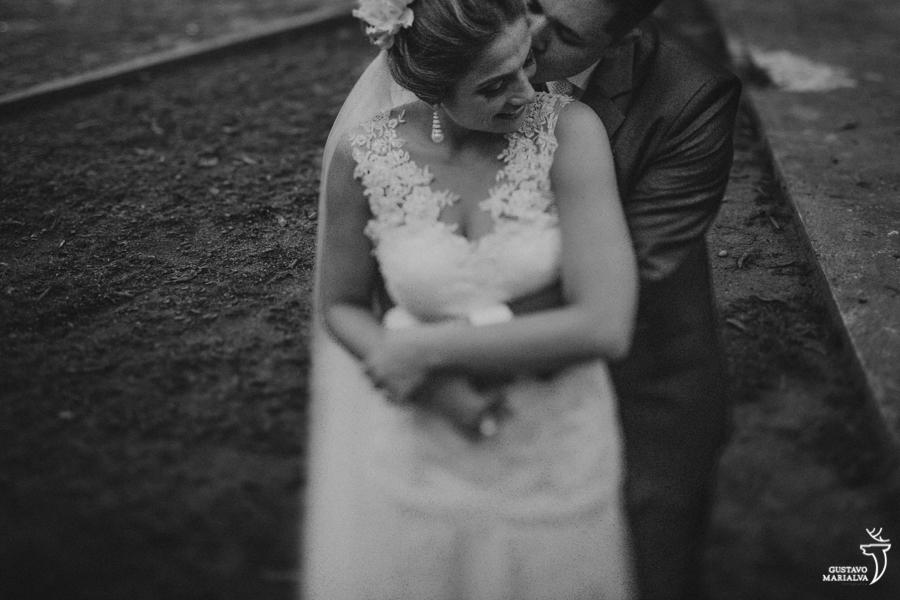 noivos posando para os retratos durante o casamento