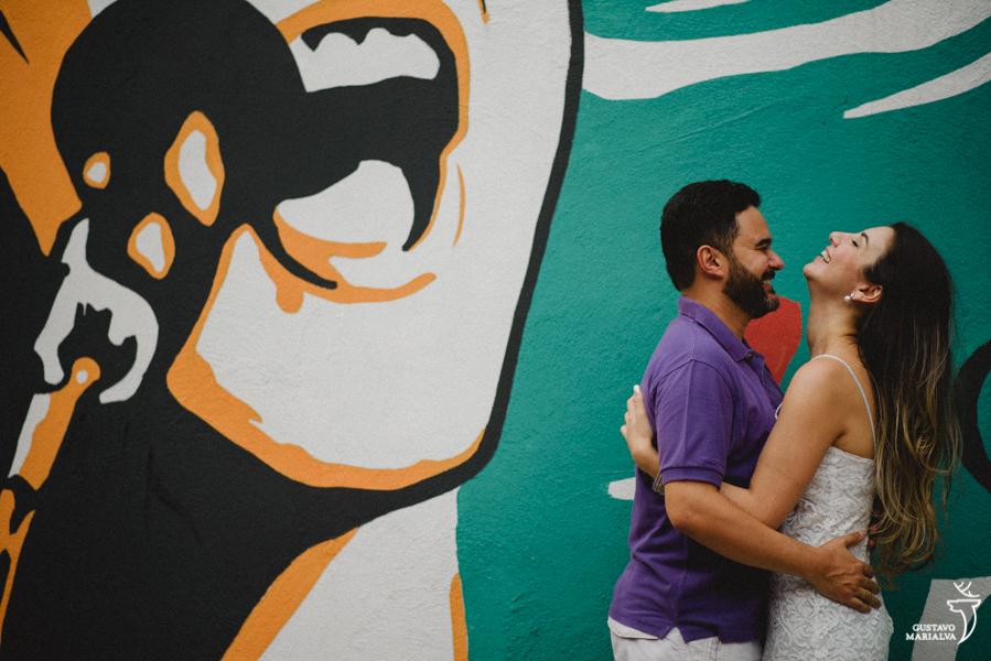 noivos sorrindo durante book de casal